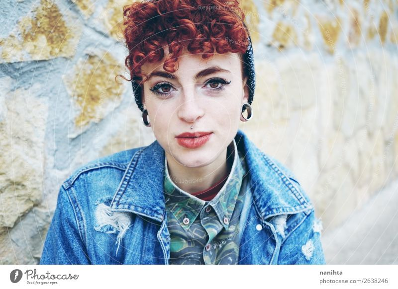 Schöne und junge rothaarige Frau. Lifestyle Stil Haare & Frisuren Gesicht Mensch feminin androgyn Erwachsene Jugendliche Jugendkultur Mode Jeanshose Piercing