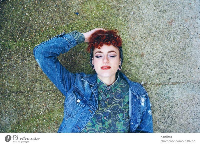 Schöne und junge rothaarige Frau, die alte Kleidung trägt. Lifestyle Stil Haare & Frisuren Gesicht androgyn Erwachsene Jugendliche 18-30 Jahre Jugendkultur Mode