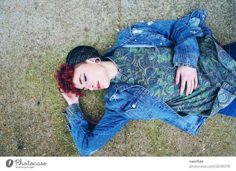 Schöne und junge rothaarige Frau, die alte Kleidung trägt. Lifestyle Stil Haare & Frisuren Gesicht Mensch feminin androgyn Erwachsene Jugendliche Jugendkultur