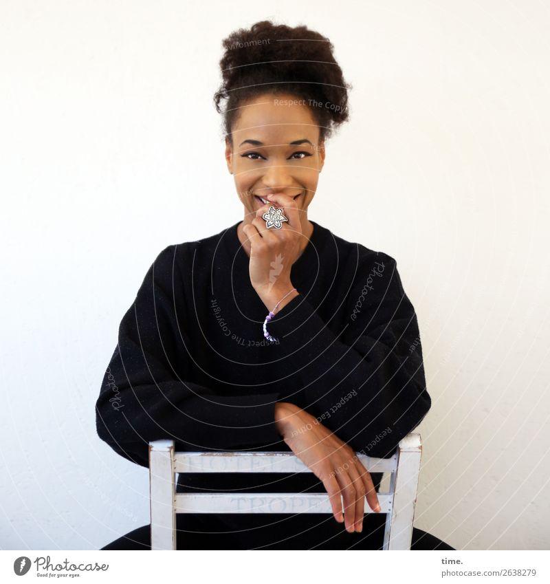 Lilian Stuhl feminin Frau Erwachsene 1 Mensch Pullover Schmuck Haare & Frisuren brünett langhaarig Locken Afro-Look festhalten Lächeln lachen sitzen schön