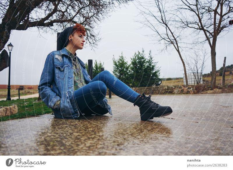 Frau Mensch Jugendliche Junge Frau Einsamkeit ruhig Winter 18-30 Jahre Lifestyle Erwachsene Leben Herbst kalt feminin Stil Freiheit