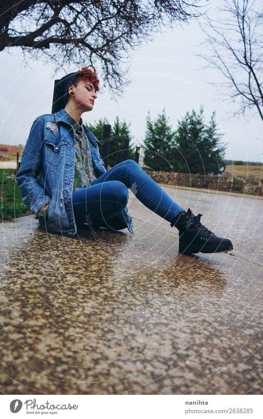 Junge rothaarige Frau allein in einem Dorf an einem regnerischen Tag. Lifestyle Stil Leben Freiheit Winter Mensch feminin androgyn Junge Frau Jugendliche