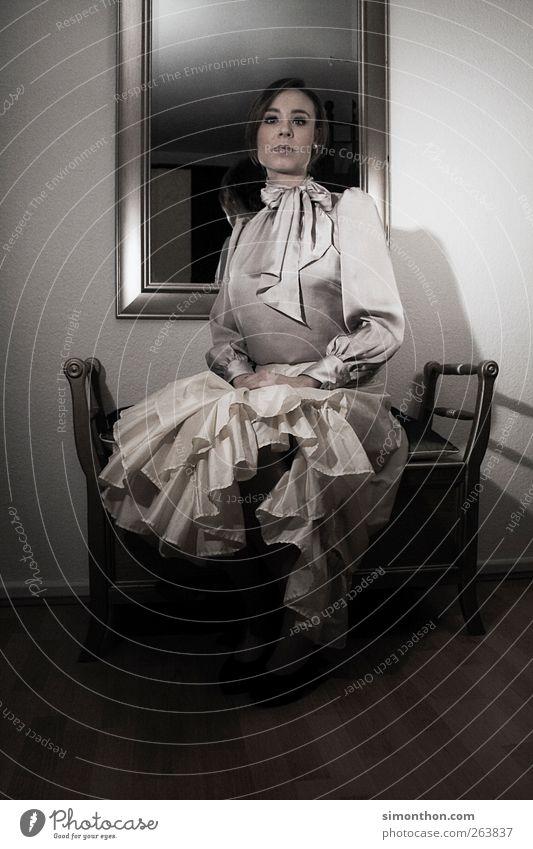 retro 1 Mensch außergewöhnlich klassisch Klassische Kunst Spiegel Bank Kleid Rock Dame Seide Stil Frau Adel Burg oder Schloss Prinzessin Farbfoto