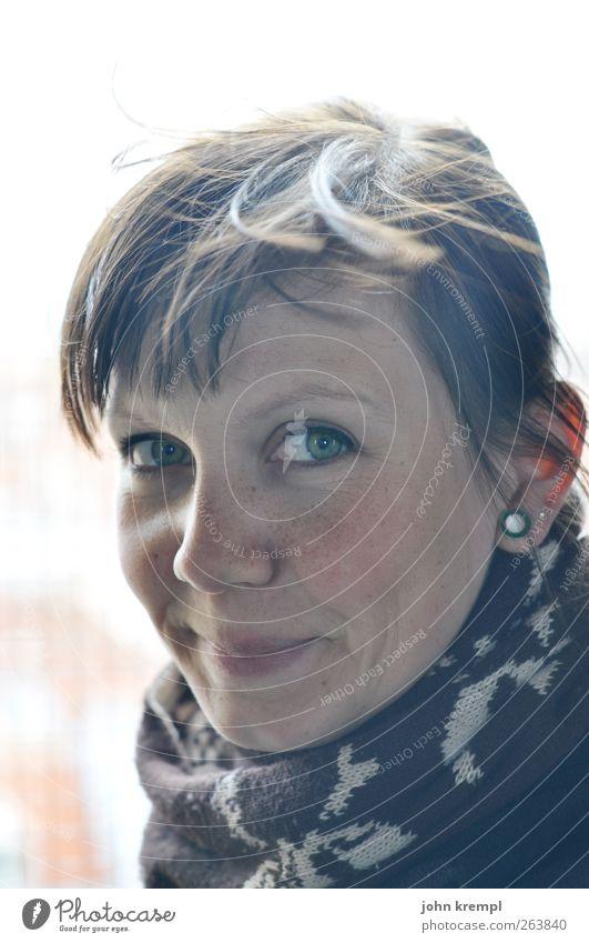 Sonnenkind feminin Junge Frau Jugendliche Partner Kopf 1 Mensch 18-30 Jahre Erwachsene Ohrringe Schal frieren Lächeln Blick frech Freundlichkeit Fröhlichkeit