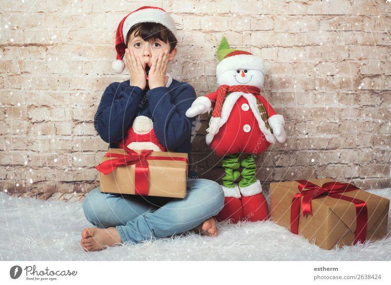 überraschtes Kind an Weihnachten Lifestyle Freude Winter Feste & Feiern Weihnachten & Advent Silvester u. Neujahr Mensch maskulin Kleinkind Junge Kindheit 1