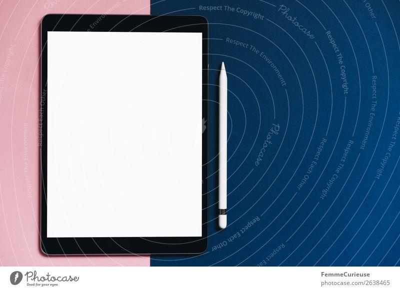 Tablet on pink and blue background blau Lifestyle Stil rosa Kommunizieren Technik & Technologie Kreativität Zukunft leer Papier digital Symmetrie Fortschritt