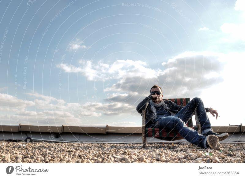 #263854 Lifestyle Freizeit & Hobby Freiheit Sommer Mann Erwachsene Himmel Wolken Dach Dachrinne Jeanshose Sonnenbrille Schal beobachten Denken sitzen träumen