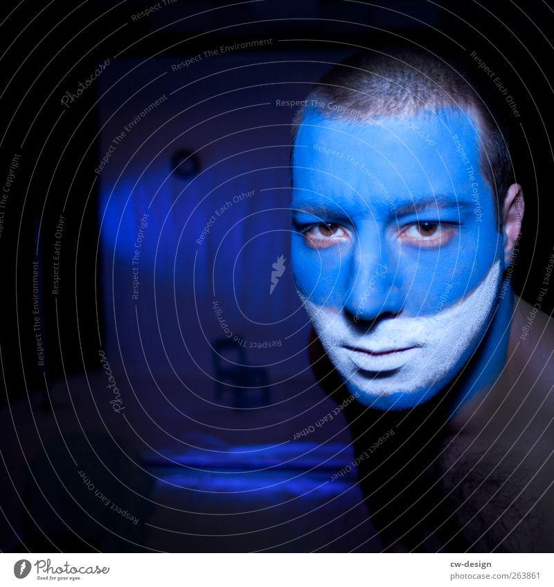 Die Zwangsjacken : Präludium Mensch Junger Mann Jugendliche Erwachsene Kopf 1 18-30 Jahre Kunst Künstler Bühne Schauspieler trendy einzigartig blau schwarz weiß