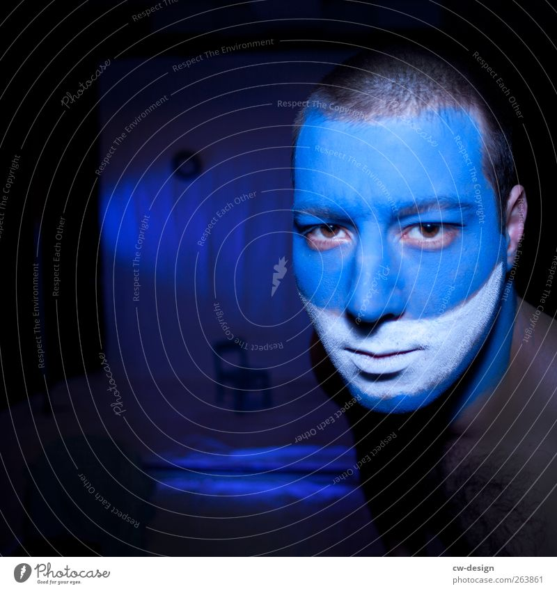 Die Zwangsjacken : Präludium Mensch Mann Jugendliche blau weiß schwarz Gesicht Erwachsene Kopf Kunst außergewöhnlich 18-30 Jahre einzigartig Junger Mann Bühne