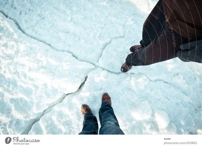 Komm ma rüber Mensch Natur weiß Winter Umwelt kalt Schnee Beine Fuß außergewöhnlich Schuhe Erde stehen Abenteuer Urelemente einfach