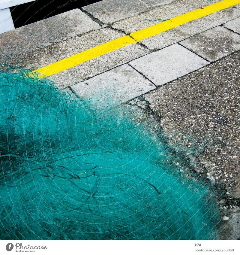 Fischernetz grün gelb Stein Beton liegen Asphalt Hafen türkis Riss Fischereiwirtschaft Markierungslinie