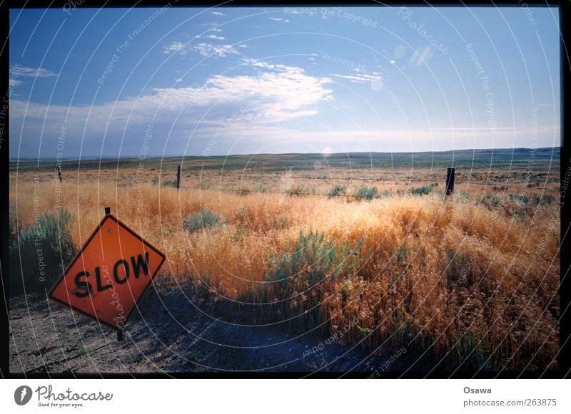 SLOW Himmel Natur Sommer Wolken ruhig Ferne Umwelt Landschaft Straße Horizont orange Schilder & Markierungen Schriftzeichen Hinweisschild USA Zeichen
