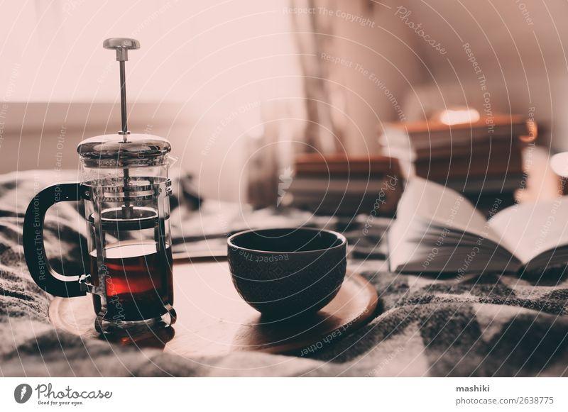 gemütlicher Wintermorgen zu Hause mit heißem Tee. Frühstück Lifestyle Erholung lesen Dekoration & Verzierung Buch Herbst Wetter Hütte authentisch Geborgenheit