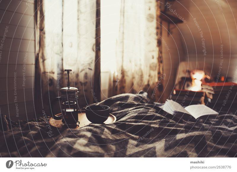 gemütlicher Wintermorgen mit einer Tasse heißem Tee. Frühstück Lifestyle Erholung lesen Haus Dekoration & Verzierung Buch Herbst Hütte authentisch Geborgenheit