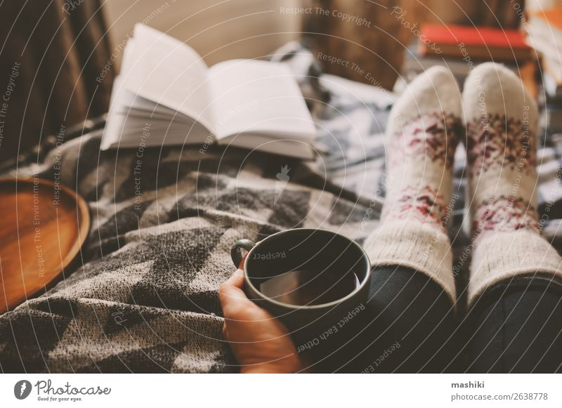 Frau Haus Erholung Winter Lifestyle Erwachsene Herbst Fuß Freizeit & Hobby authentisch Buch lesen heiß heimwärts Tee Geborgenheit