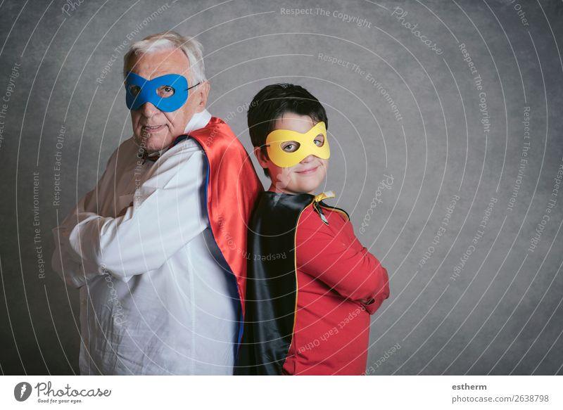 Großvater mit Enkel als Superheld gekleidet. Lifestyle Freude Abenteuer Feste & Feiern Karneval Jahrmarkt Erfolg Ruhestand Mensch maskulin Großeltern Senior