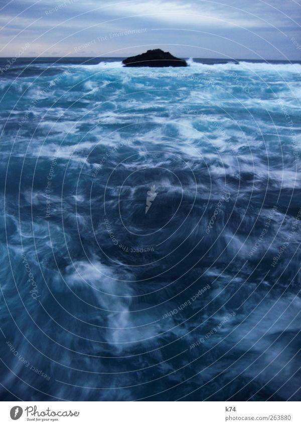 raue see Wasser Himmel Horizont Felsen Wellen Küste Meer Insel ästhetisch bedrohlich wild blau Ferne Brandung Wind Farbfoto Außenaufnahme Menschenleer Dämmerung