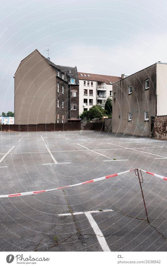 parkplatz, gelsenkirchen Himmel Gelsenkirchen Stadt Menschenleer Haus Platz Gebäude Architektur Mauer Wand Verkehr Verkehrswege Barriere hässlich trist grau