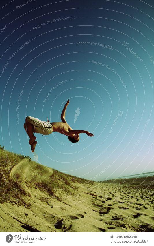 sprung Mensch Himmel Jugendliche blau Meer Sommer Freude Leben Freiheit springen Gesundheit Sommerurlaub Salto sommerlich Sommertag