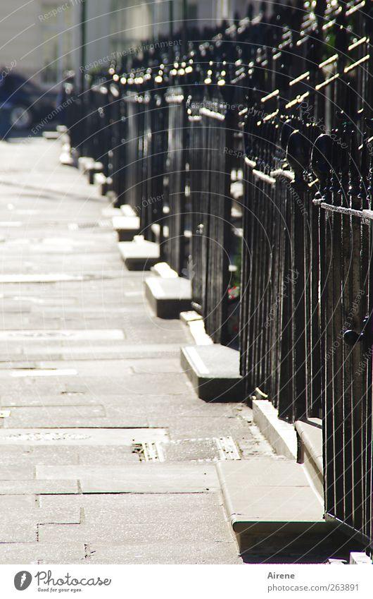 Antreten zum Appell weiß Stadt schwarz Haus Straße grau Stein Metall Linie Fassade glänzend Ordnung Schutz Schönes Wetter Eingang London