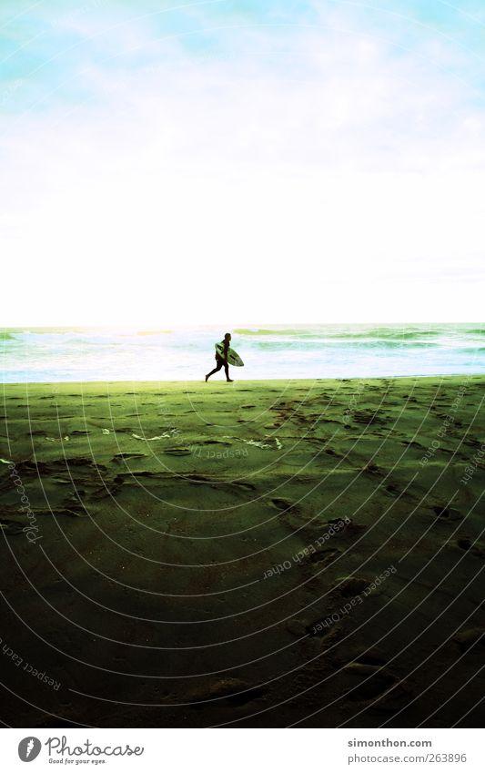 surfer 1 Mensch Surfer Surfen Surfbrett Strand Spuren Sand Meer Sommerurlaub sommerlich Sommertag Sommerferien Sonnenlicht Himmel Farbfoto