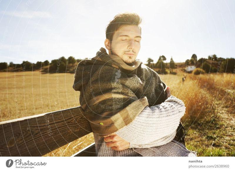 Ein frontaler junger Mann mit geschlossenen Augen. Lifestyle Glück Gesicht Erholung ruhig Freiheit Sonnenbad Mensch maskulin Junger Mann Jugendliche Erwachsene