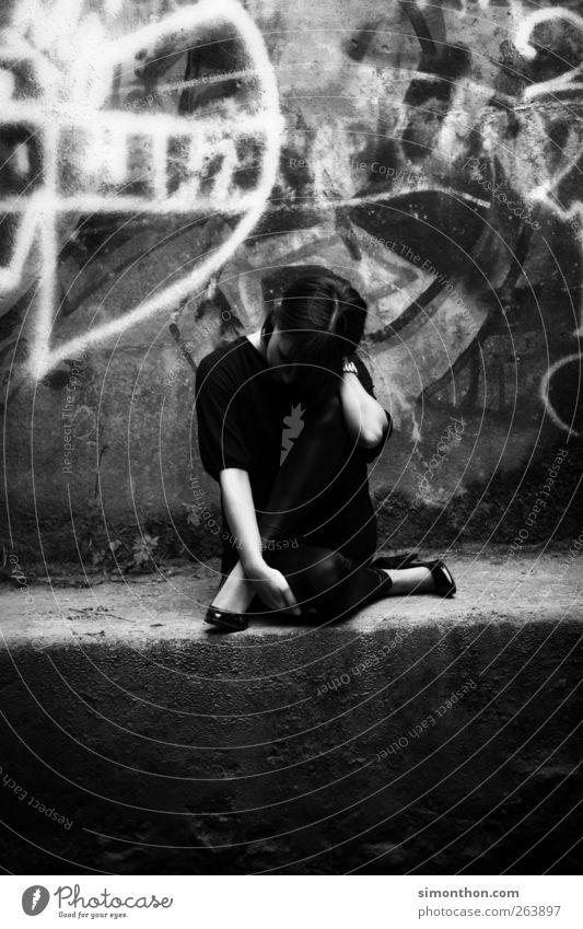 pose Mensch Jugendliche Graffiti Traurigkeit Tanzen Brücke Trauer Körperhaltung Model skurril Balletttänzer Unterführung dehnen