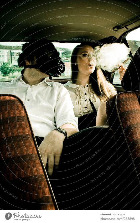 gasmaske 2 Mensch Freude Atemschutzmaske Tabakwaren Rauchen rauchend Rauchen verboten PKW Ekel ungesund Farbfoto