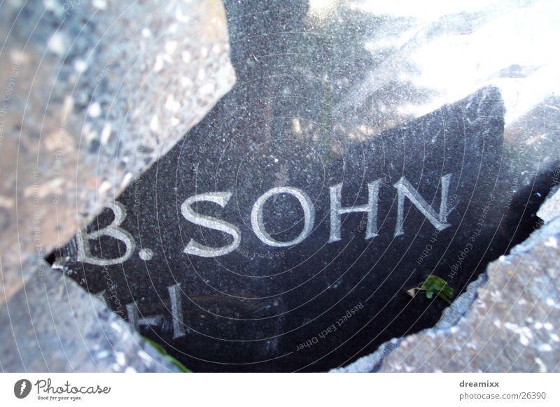 Sohn im Grab Grabstein historisch Opfer Tod steni gröll