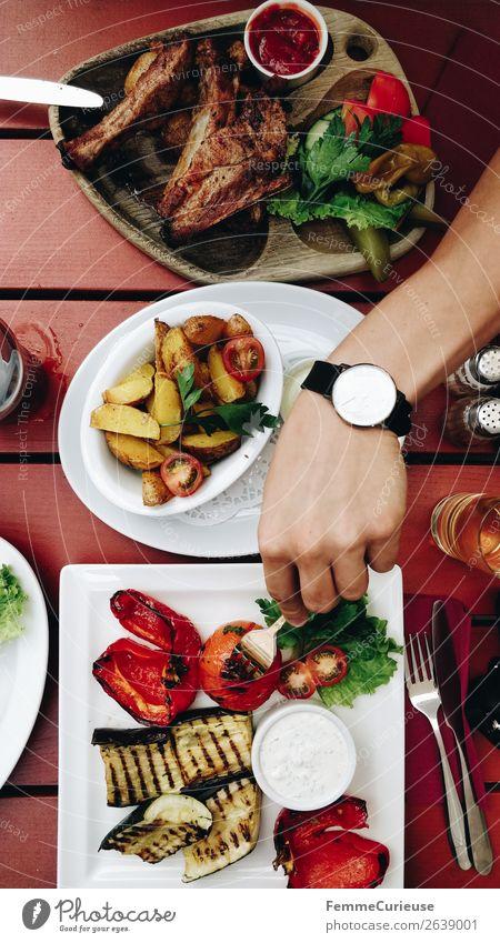 Top view of the plates of two persons in a restaurant Lebensmittel Fleisch Ernährung Essen Mittagessen Bioprodukte Gesundheit Restaurant mediterran Grillgemüse