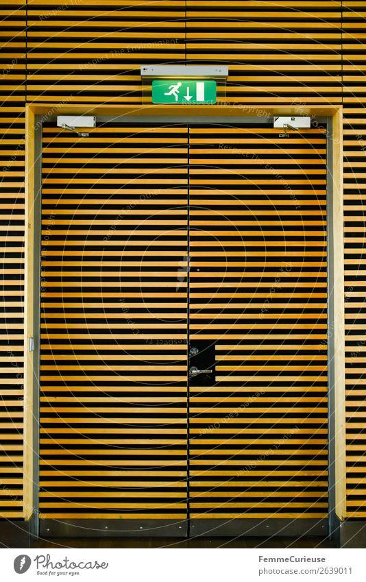 Yellow-black striped emergency exit door Flughafen Sicherheit Notausgang gestreift gelb-schwarz Tür Ausgang Leuchtreklame Farbfoto Innenaufnahme Kunstlicht