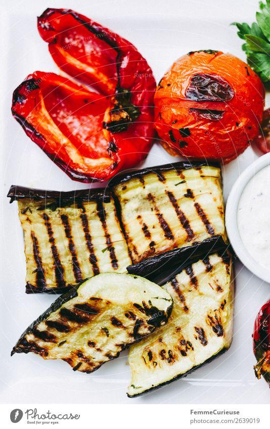 Delicious grilled vegetables on a white plate Lebensmittel Ernährung Mittagessen Bioprodukte Vegetarische Ernährung genießen Zucchini Tomate Paprika Grillgemüse