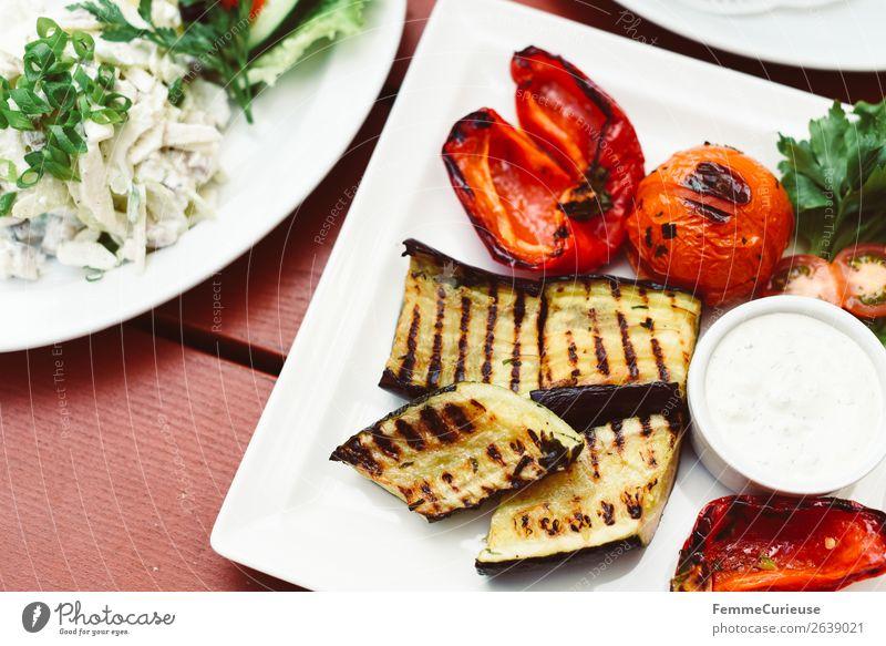 Delicious grilled vegetables on a white plate Lebensmittel Ernährung Mittagessen Büffet Brunch Bioprodukte Vegetarische Ernährung Diät genießen Gemüse
