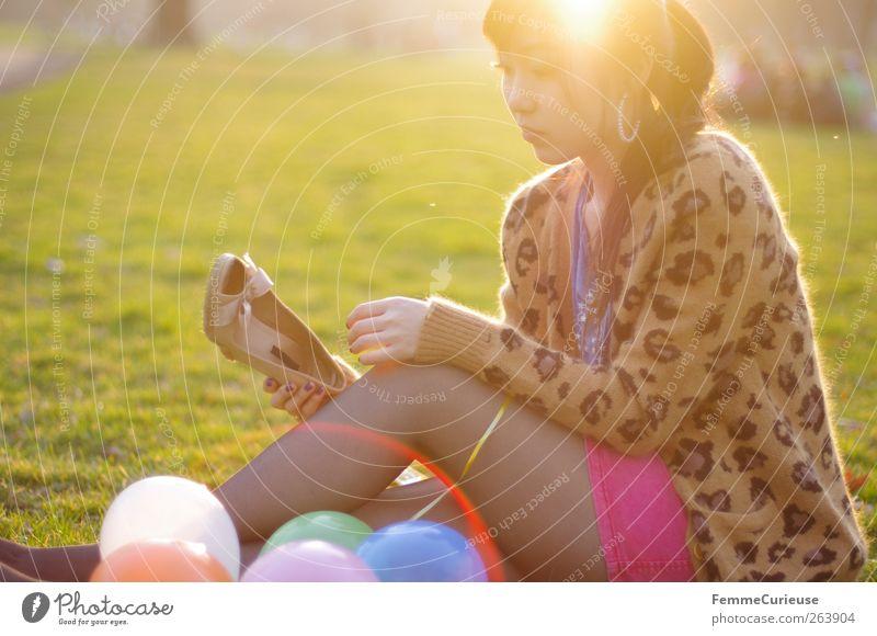 Spring Spring Spring II Junge Frau Jugendliche Erwachsene Beine 1 Mensch Erholung Park Grillsaison Frühlingsgefühle Schuhe Luftballon Wiese sitzen angewinkelt