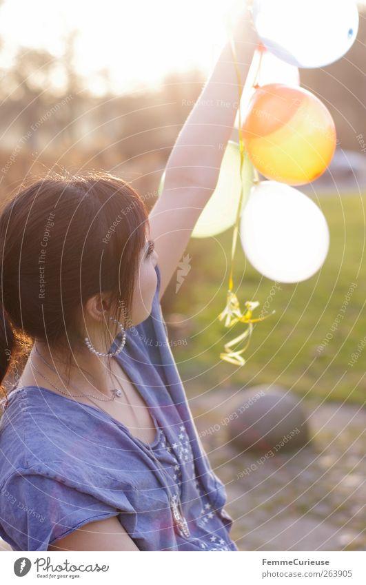 Spring Spring Spring III Junge Frau Jugendliche Erwachsene Arme 1 Mensch 13-18 Jahre Kind 18-30 Jahre Erholung Freizeit & Hobby Luftballon strecken hochhalten