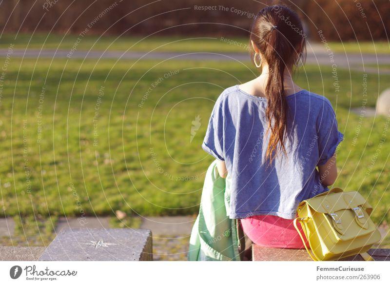 Spring Spring Spring IV Junge Frau Jugendliche Erwachsene Rücken 1 Mensch 13-18 Jahre Kind 18-30 Jahre Erholung Tasche gelb Mantel grün blau rosa Pferdeschwanz