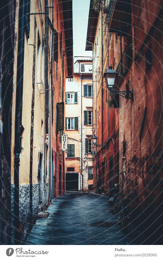 Gasse in Pisa Ferien & Urlaub & Reisen Tourismus Ausflug Sightseeing schlechtes Wetter Regen Italien Europa Stadt Stadtzentrum Altstadt Menschenleer Bauwerk