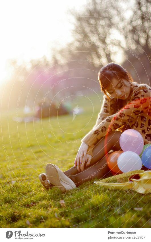 Spring Spring Spring V Junge Frau Jugendliche Erwachsene Arme Beine 1 Mensch Menschengruppe 18-30 Jahre Erholung Grillsaison Park Wiese Sportrasen Luftballon