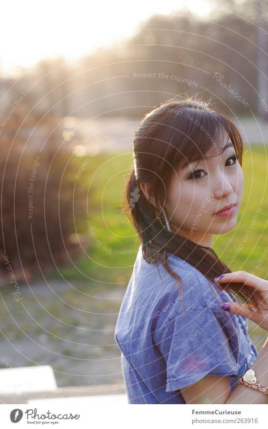 Spring Spring Spring VI Mensch Frau Jugendliche blau grün Sommer Erwachsene Wiese Frühling Haare & Frisuren Kopf lachen Park Junge Frau 18-30 Jahre Sträucher