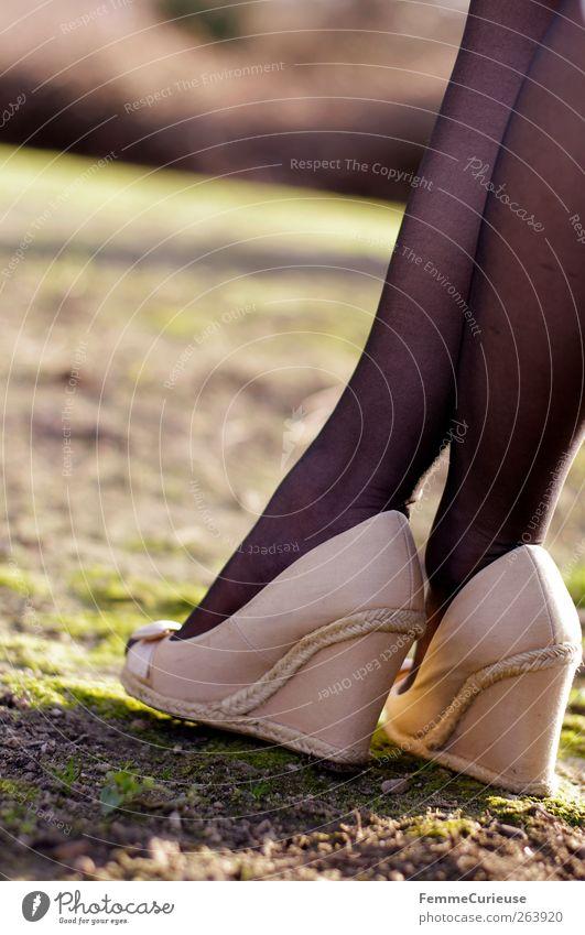 Spring Spring Spring VII Mensch Frau Jugendliche Sommer Erwachsene Erotik Wege & Pfade Gras Beine Fuß Erde Freizeit & Hobby warten Junge Frau Laufsport stehen