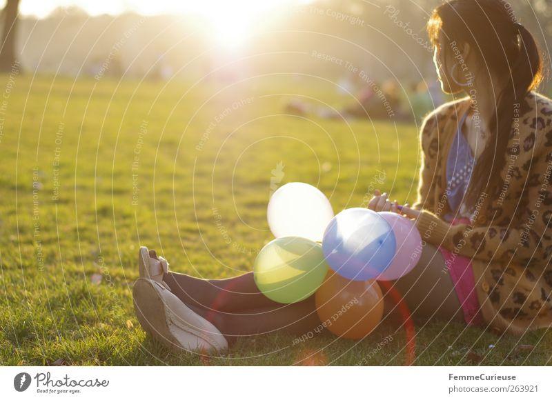 Spring Spring Spring VIII Mensch Frau Jugendliche schön Freude Erwachsene Erholung Wiese Leben Wärme Junge Frau Freiheit Menschengruppe Beine Freundschaft Park