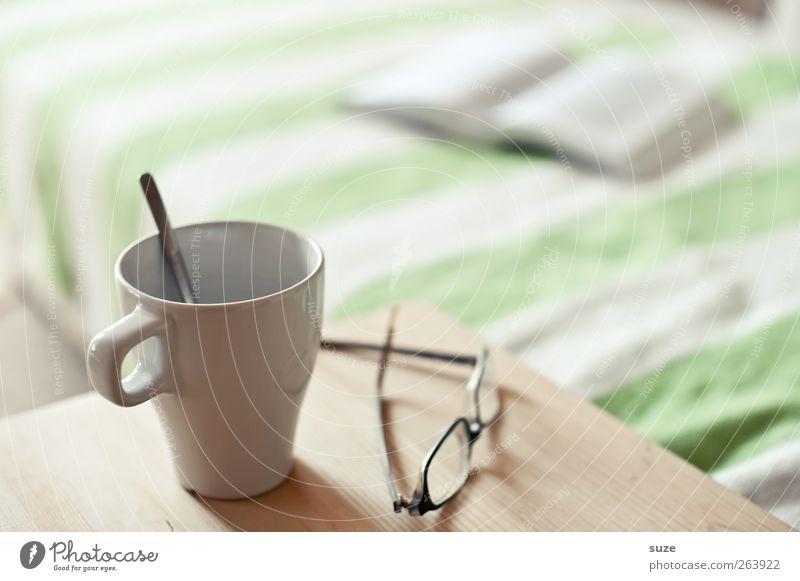 Ruhige Minute ruhig Erholung hell Zeit Freizeit & Hobby Buch Tisch Häusliches Leben Getränk Kaffee Pause Brille lesen Bett Tee Sofa