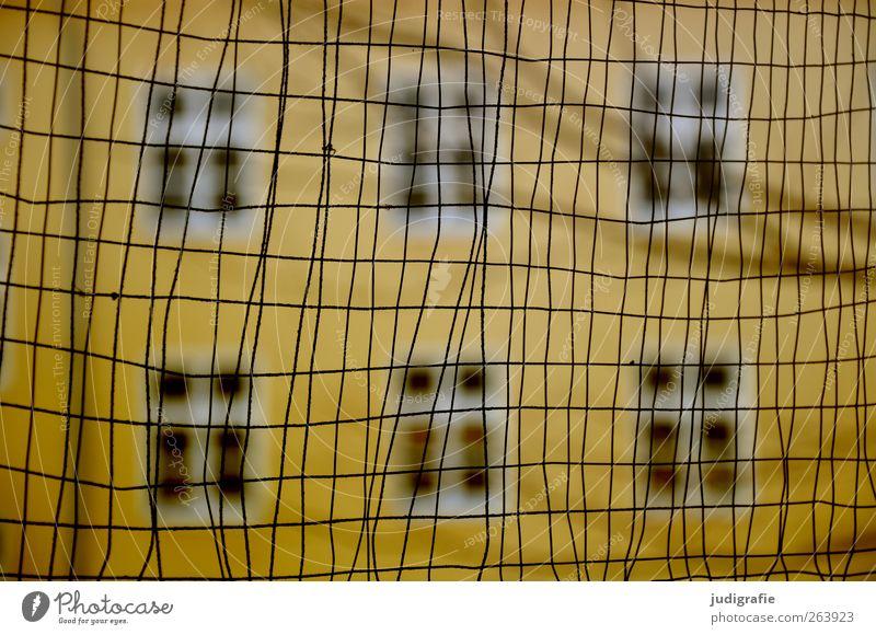 Garnison Haus Ruine Bauwerk Gebäude Mauer Wand Fassade Fenster Stadt gelb Kontrolle Gitter Zaun geschlossen Grenze Farbfoto Gedeckte Farben Unschärfe