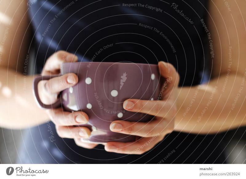moin! kaffee gefällig Getränk Heißgetränk Kaffee Tee Mensch feminin Junge Frau Jugendliche Erwachsene Körper Hand 1 blau violett Tasse Durst Finger gepunktet