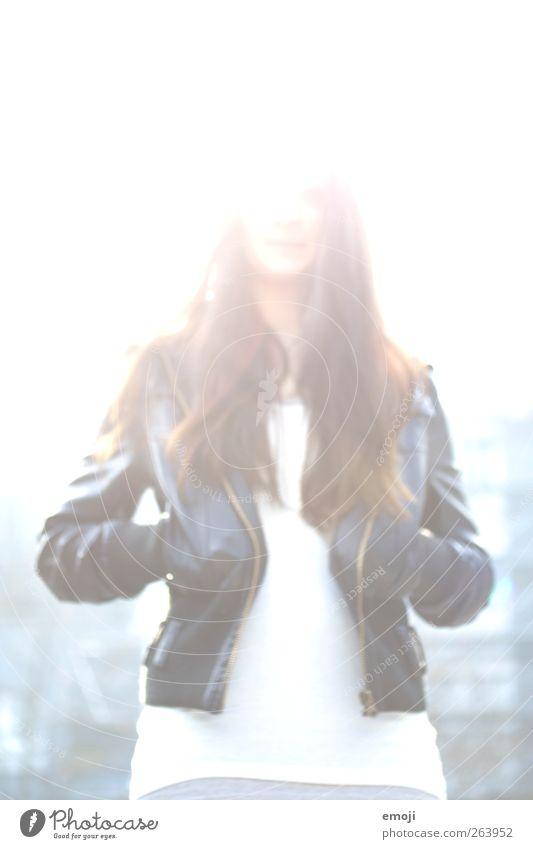 high feminin Junge Frau Jugendliche 1 Mensch 18-30 Jahre Erwachsene Mode Jacke Leder brünett langhaarig hell weiß Lederjacke dunkelhaarig Farbfoto Außenaufnahme