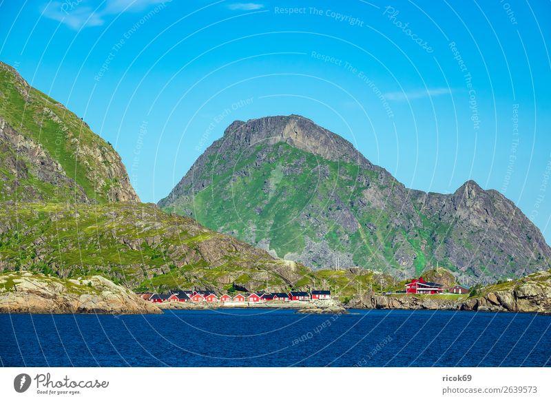 Küste auf den Lofoten in Norwegen Erholung Ferien & Urlaub & Reisen Tourismus Sommer Meer Berge u. Gebirge Haus Umwelt Natur Landschaft Wasser Wolken Klima