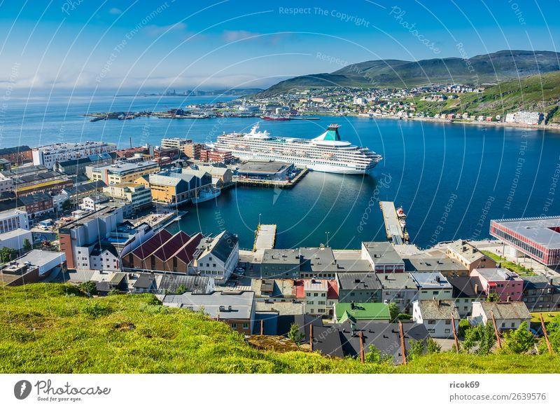 Blick auf Hammerfest in Norwegen Ferien & Urlaub & Reisen Natur Sommer blau Stadt grün Wasser Landschaft Meer Haus Wolken Berge u. Gebirge Architektur Umwelt