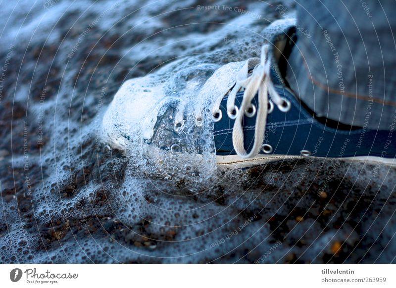 Blue Ocean Sommer Strand Meer Wellen Mensch Beine Fuß 1 Sand Wasser hell blau weiß Bewegung kalt Schuhe nass werdend feucht Freizeitschuh Chucks stehen Farbfoto