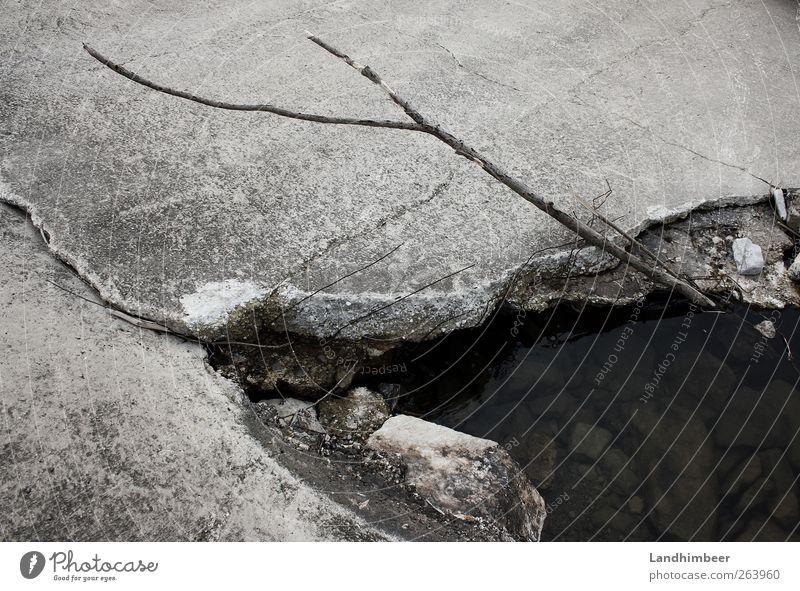 Betonteich. Wasser grau außergewöhnlich Riss Teich