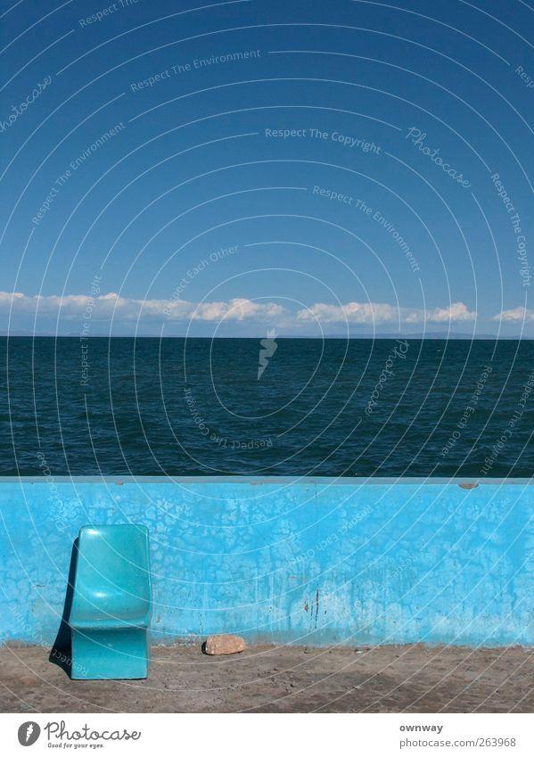 Blauer Stuhl vor blauer Mauer vor blauem See vor blauem Himmel Landschaft Wasser Wolken Horizont Sonnenlicht Sommer Schönes Wetter Seeufer Betonmauer Stein